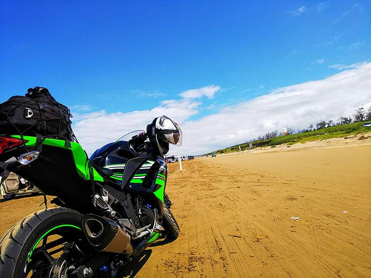 千里浜なぎさドライブウェイに立つninja250