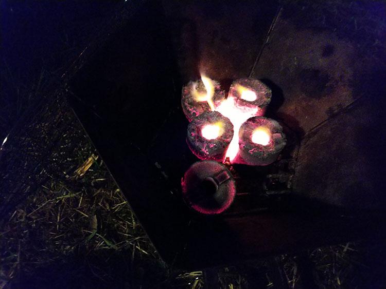 固形燃料で火をおこす