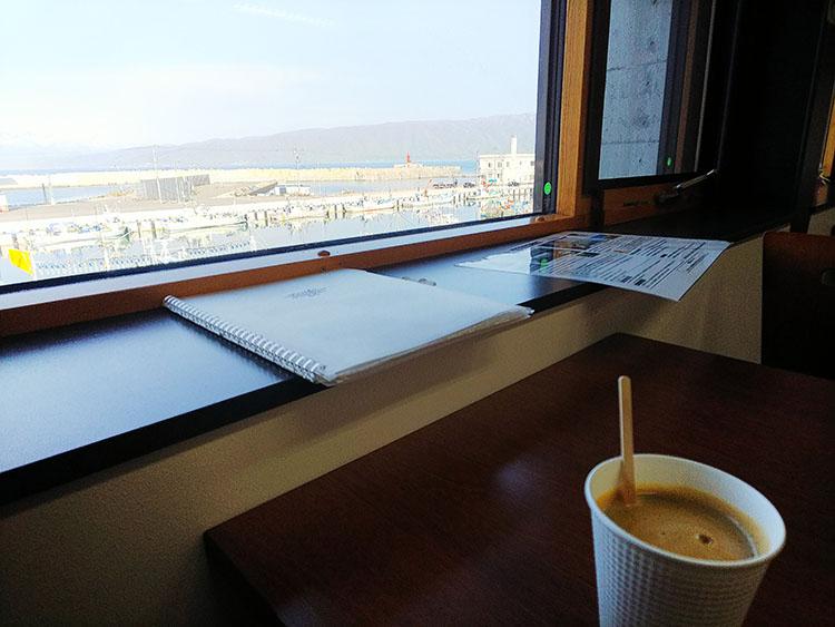 窓際でコーヒー休憩