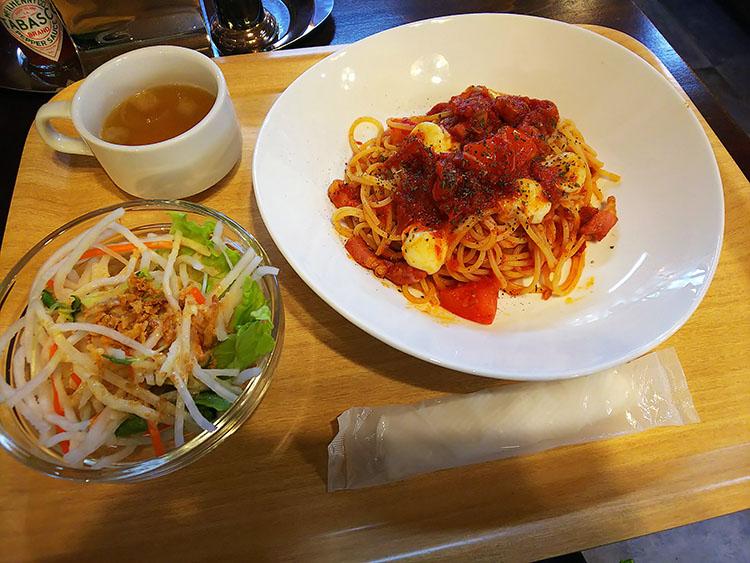 モッツァレラチーズとバジルのトマトソースパスタ